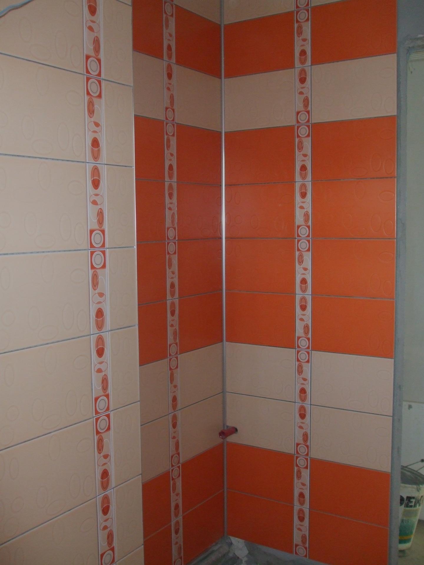 faianta portocalie si crem delimitate de brau faianta,design placare faianta fasii orizontale si verticale