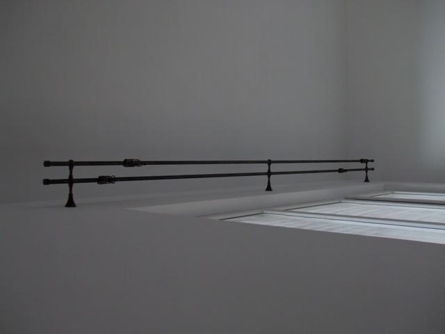 Galerie in living culoare negru auriu