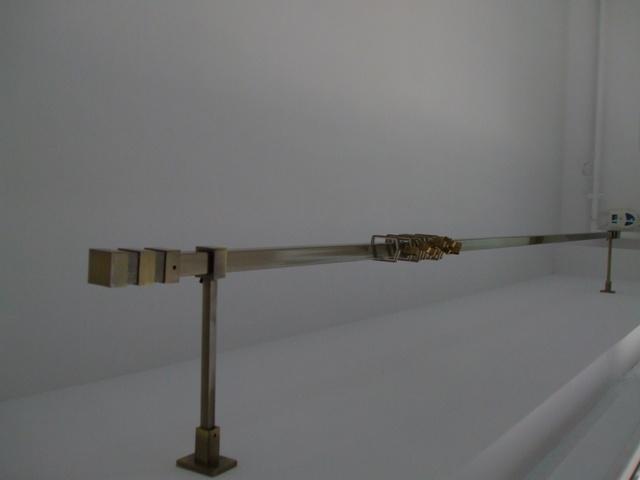 Design Galerie perdea de nuanta aurie,forma patrata pe doi suporti