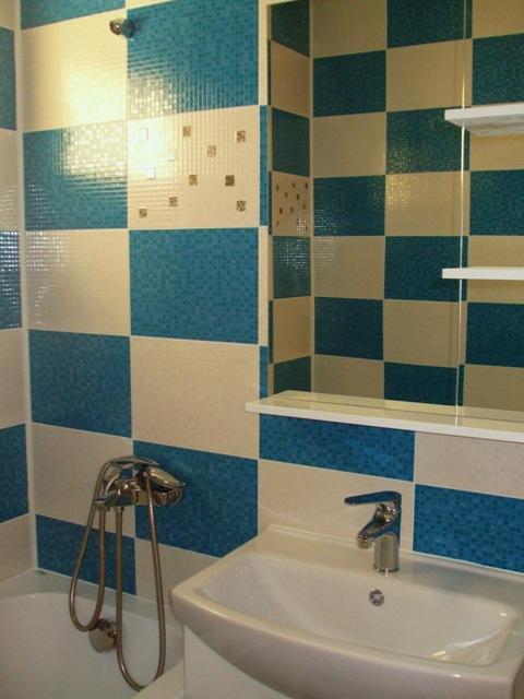 Faianta alba si albastra baie, montaj design sah